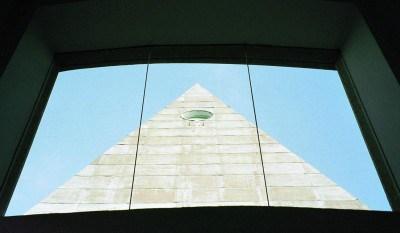 Resultado de imagem para Prédio maçônico do Knesset, visto por uma janela